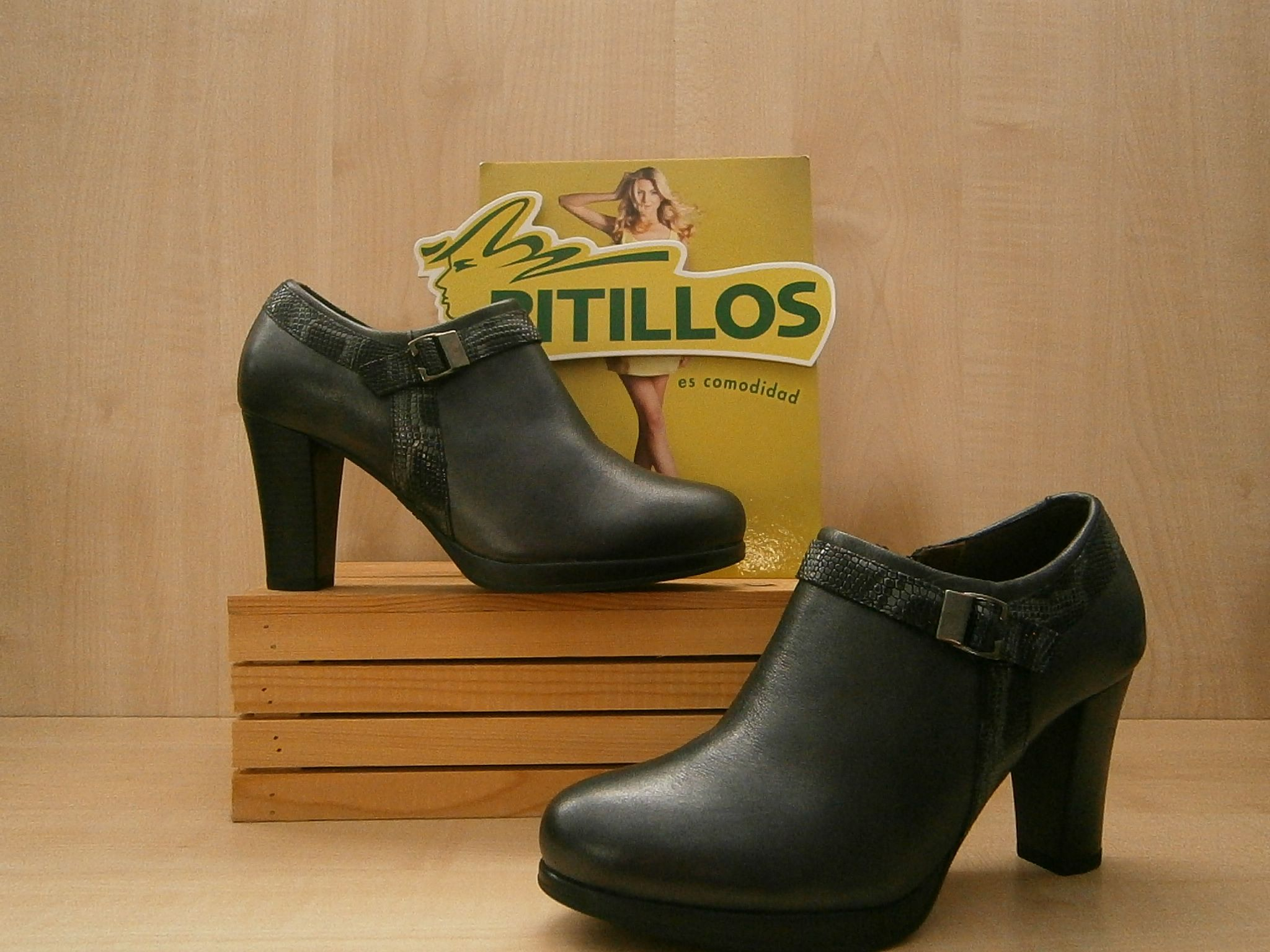 e1dc3ddec79 Zapato abotinado de Pitillos en color negro humo, con plataforma y tacón de  7cm, para que vayas cómoda.