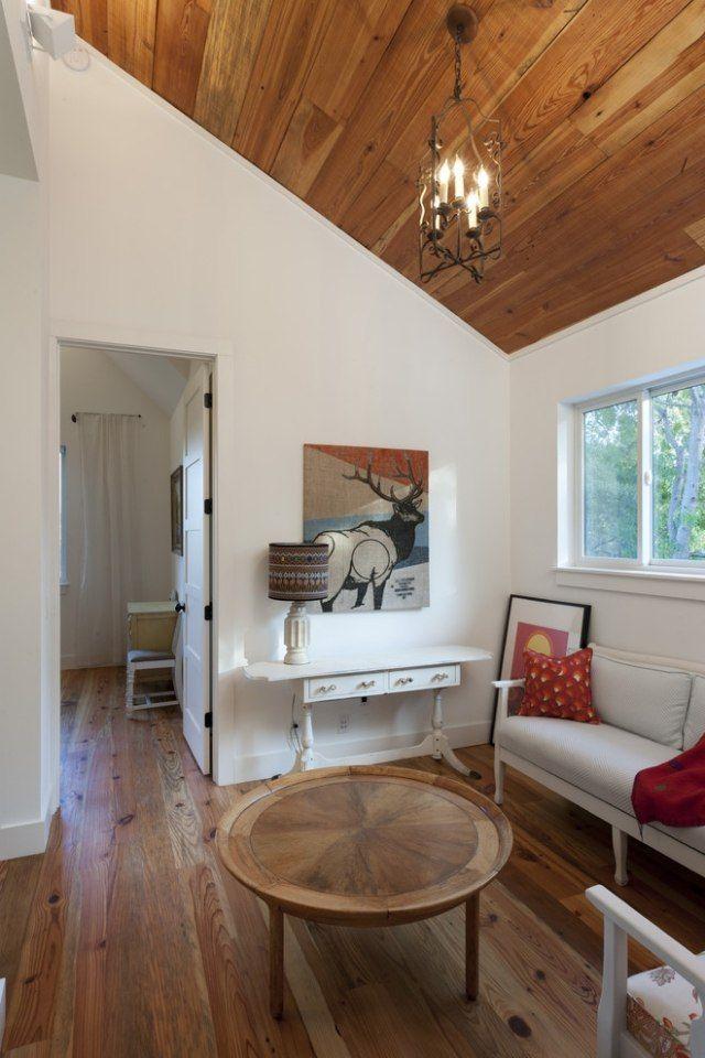 Dachzimmer Mit Holzdecken Verkleidung Gemtlich Gestalten Metallkronleuchter