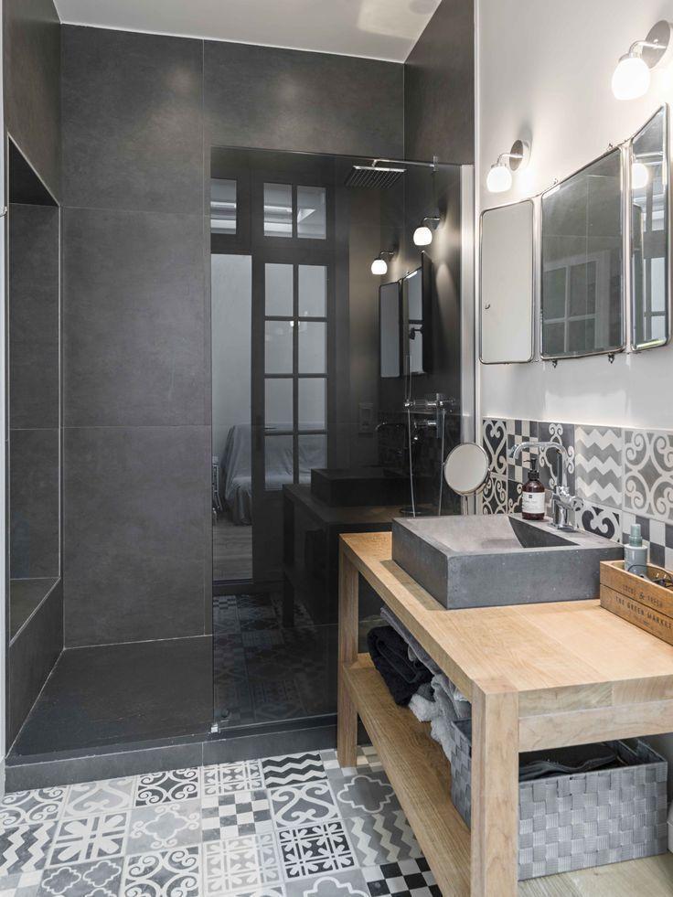 Fliesen Badezimmer mit dunkler Verkleidung Bathroom