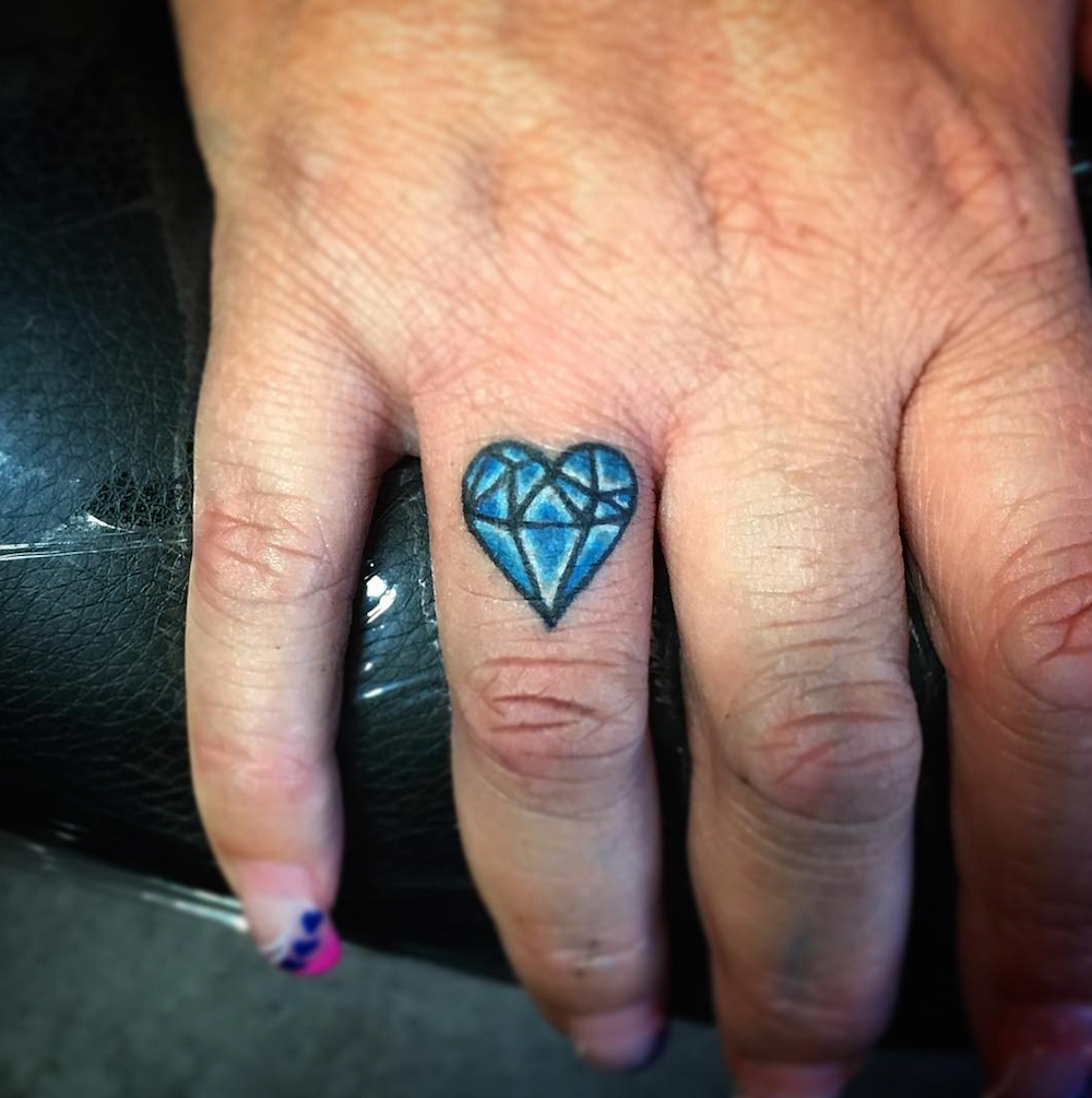 25 tiny finger tattoos you 39 ll want to get right now for Diamond heart tattoo