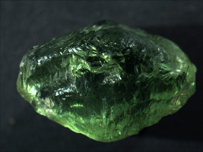 Forsterite, Mg2SiO4, Almklovdalen, Vanylven, Møre og Romsdal, Norway. Dimensions: 20 x 14 x 12 mm. A 2 cm transparent crystal of Forsterite. Copyright: © Knut Eldjarn