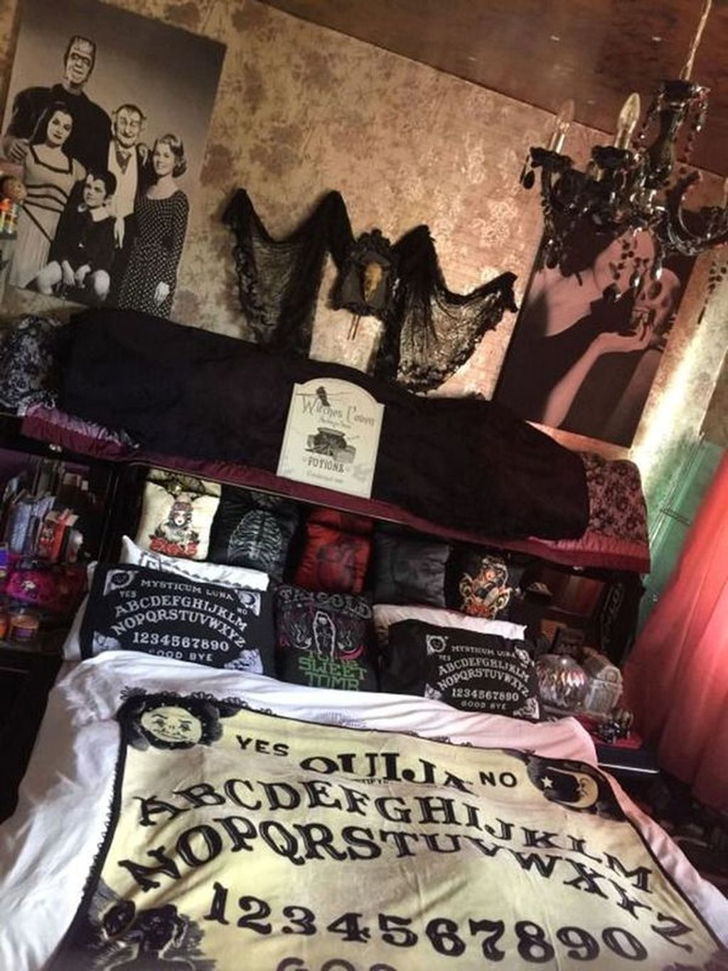32 Spooky And Scary Halloween Bedroom Decorating Ideas Halloween Bedroom Decor Halloween Bedroom Rock Bedroom