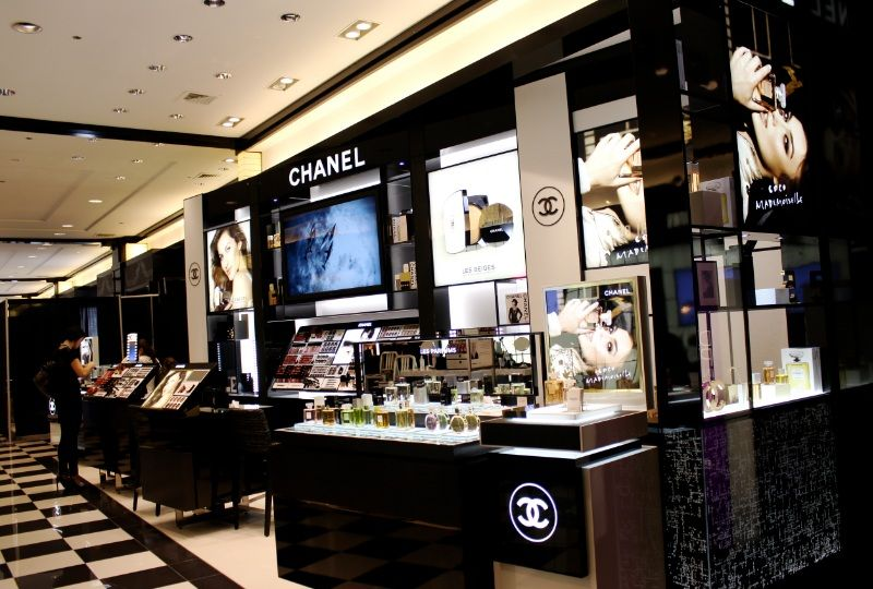 463bc34bfde7c6 Chanel Bloomingdale's, manufactured by Array | VM | Retail design ...