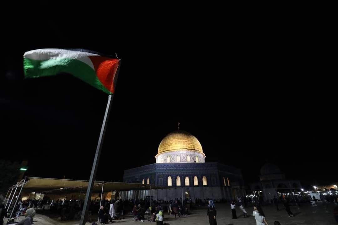 رفع العلم الفلسطيني امام مصلى قبة الصخرة المشرفة في المسجد الأقصى المبارك Taj Mahal Building Landmarks