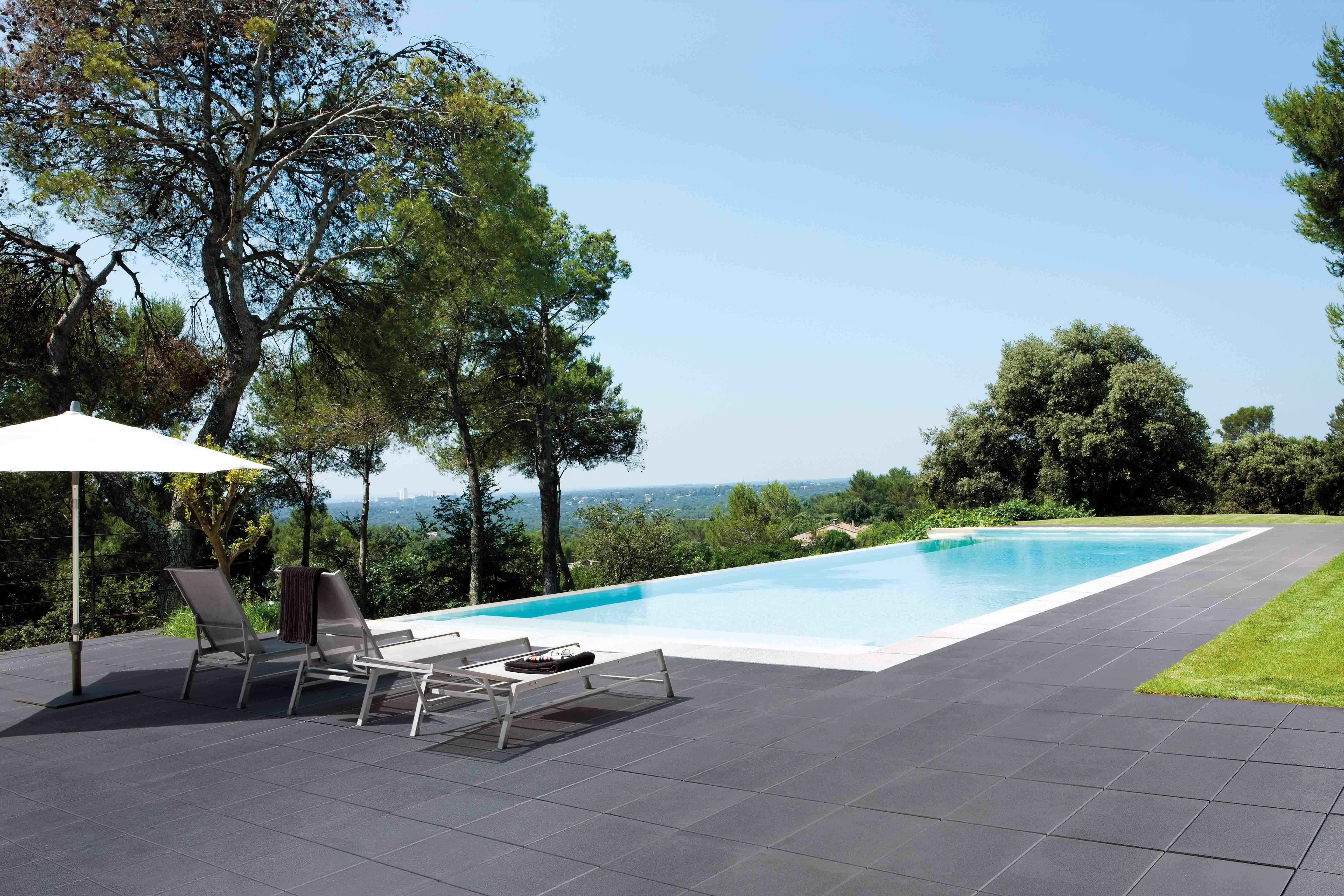 Piscine à débordement avec terrasse très contemporaine. Dalle ...