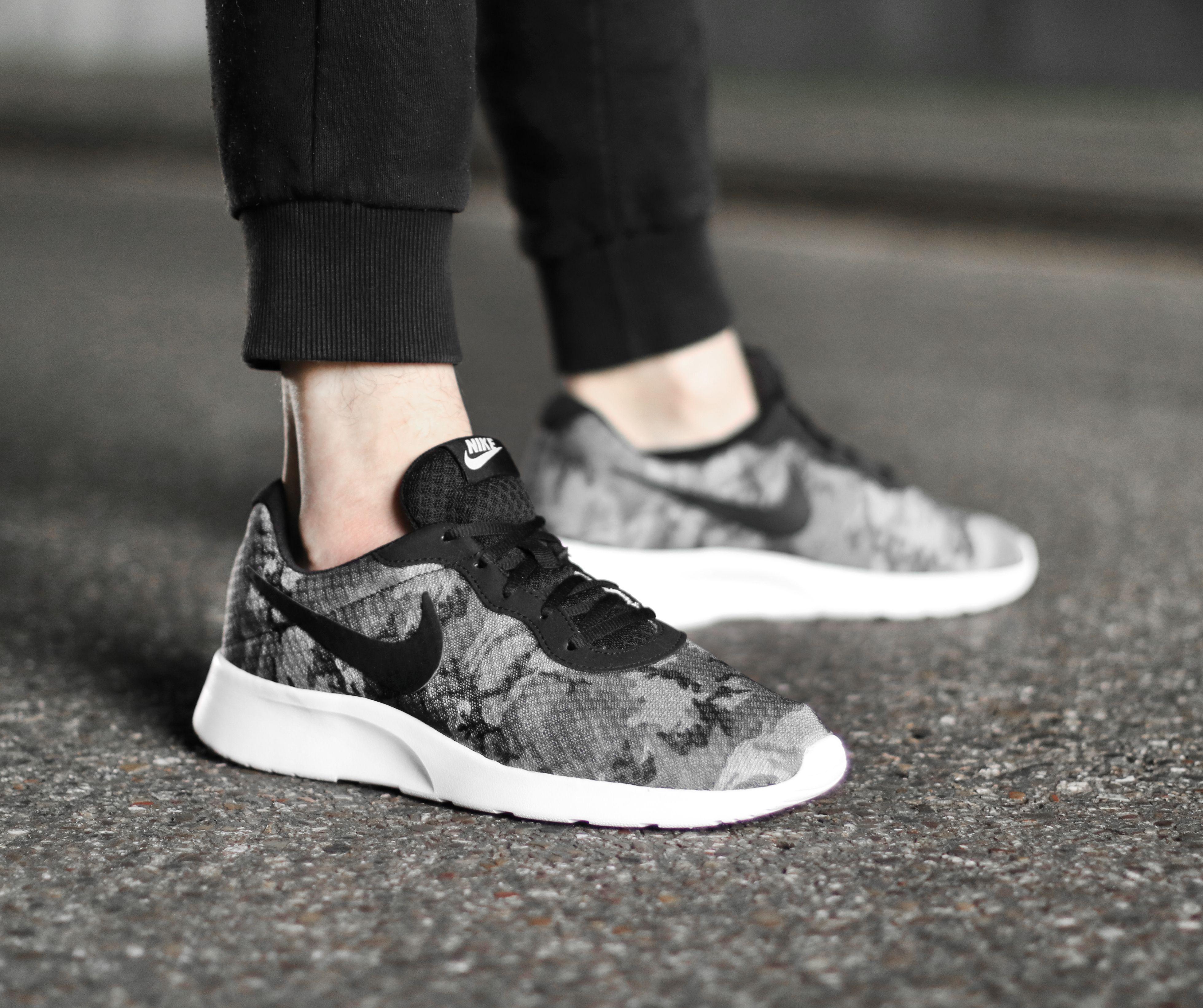 Deze Nike Tanjun voor heren geeft jouw outfit een stoere look! https://www.sooco.nl/nike-tanjun-print-grijze-lage-sneakers-25002.html