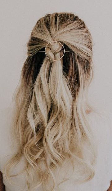Pretty Hairstyle For Work On Blonde Hair That Will Be Finished Very Quickly Easy Hairstyles For Long Hair Thick Hair Styles Long Hair Styles