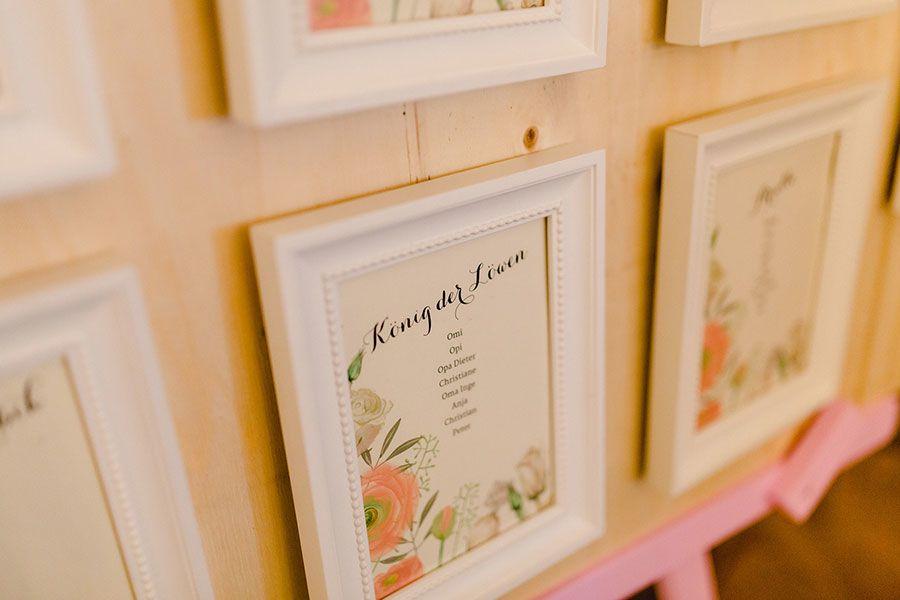 Sitzplan bei der Hochzeit mit Bilderrahmen mit Bezug zu Disney. Foto ...