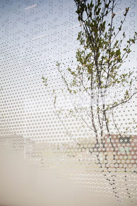 Een print op het glas verandert de transparantie; art gallery in South Korea's Paju district