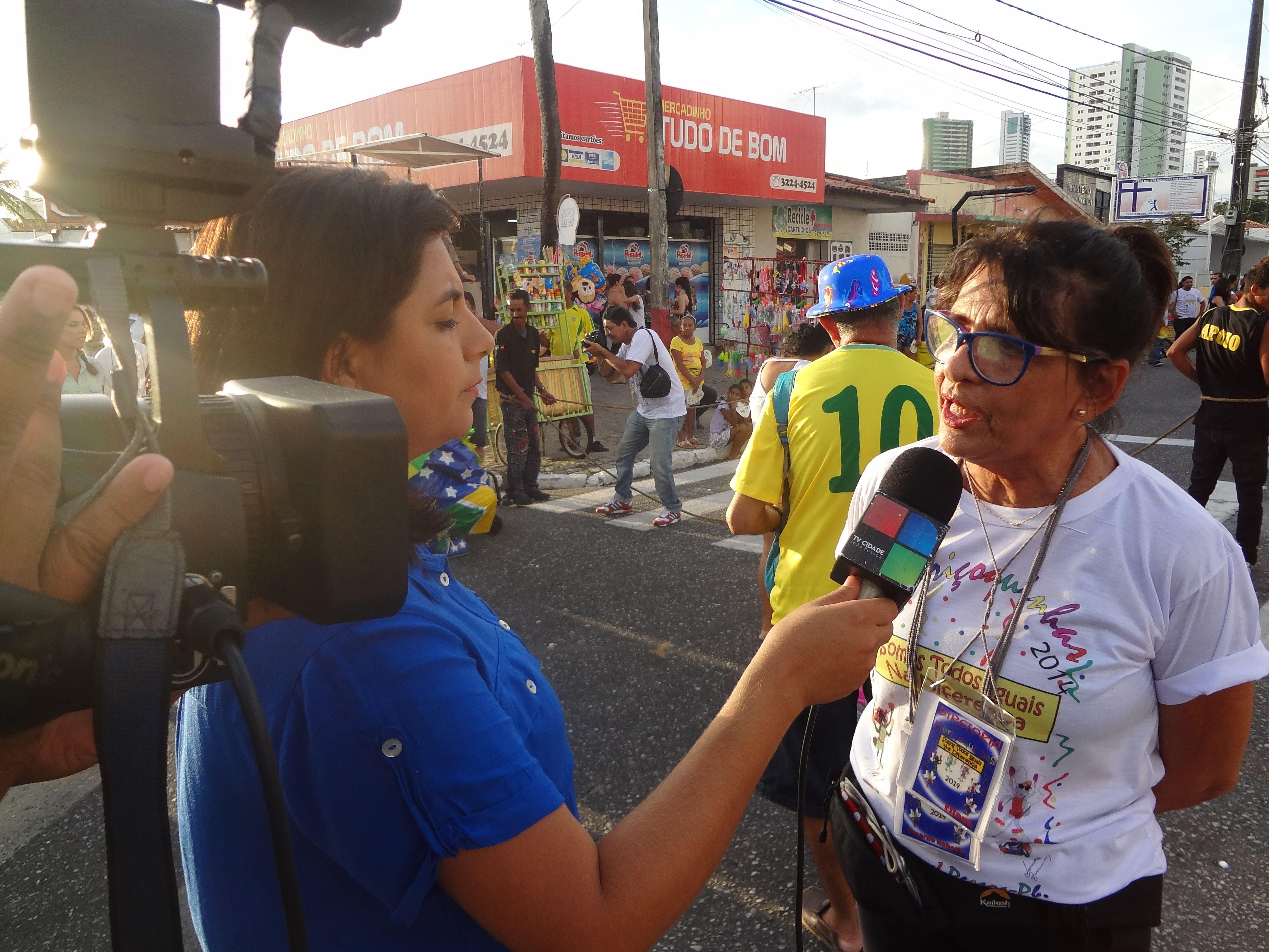 Presidente do Bloco Muriçoquinha do Miramar, Eliane Holanda em entrevista à TV Cidade. Saiba mais: http://www.crianca.pb.gov.br/noticia/864/Muricoquinhas-trouxe-campanha-de-inclusao-social-e-defesa-da-infancia-.html