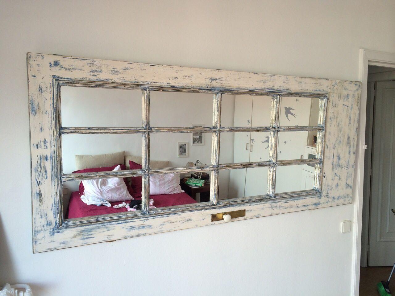 Puerta patinada y reutilizada como marco para espejos for Pared de espejo precio
