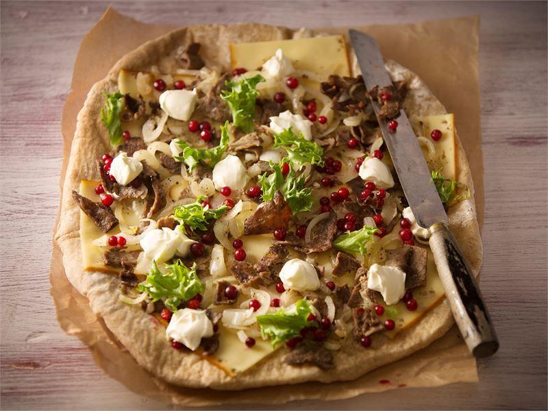 Suomalaisista raaka-aineista taipuu myös Amerikasta tullut flat bread. Savunmakuinen juusto ja poronkäristysliha ja raikkaat puolukat maistuvat rukiisen lättäleivän päällä.