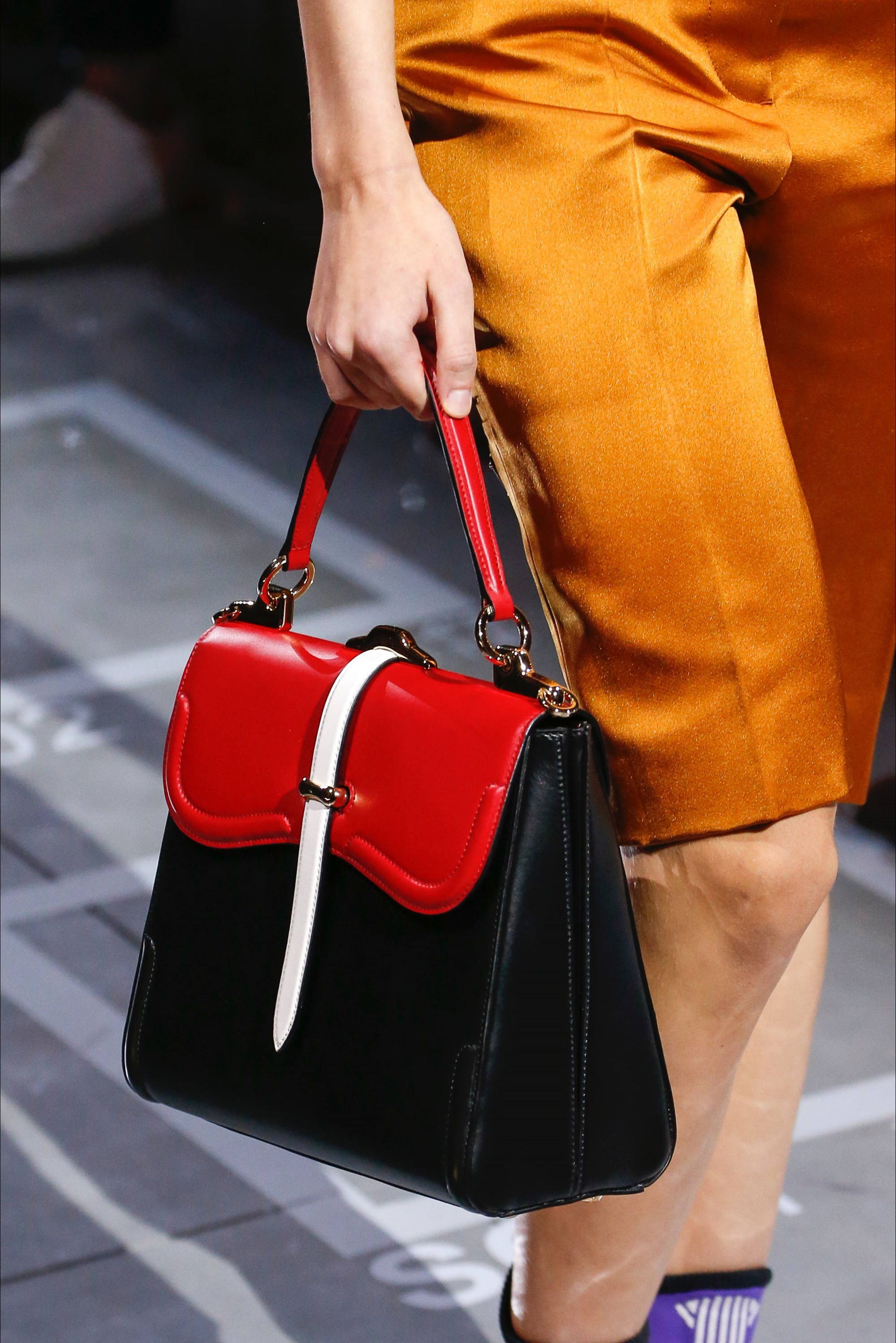 af98c25484 Sfilata Prada Milano - Collezioni Primavera Estate 2019 - Dettagli - Vogue