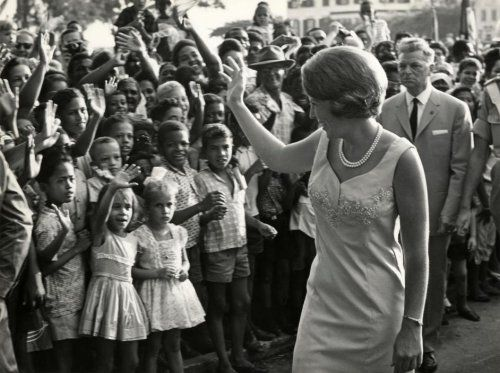 Officieel bezoek van prinses Beatrix aan Suriname. Hier zwaaiend naar een grote  groep enthousiaste kinderen. Suriname, Paramaribo, 1958.