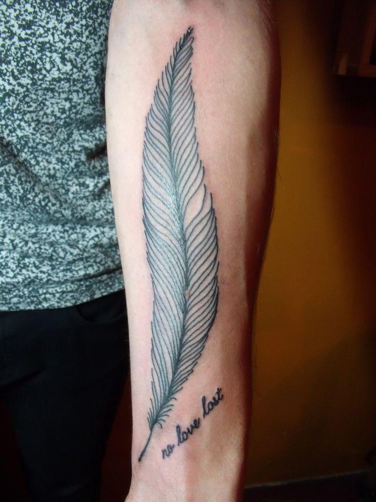 Tatouage Homme Bras Plume Et Texte Tattoo Pinterest Tattoos