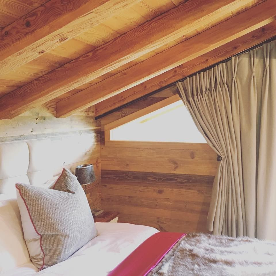 Shaped window in a mountain chalet by thompson oliver nel 2019 home curtains window - Finestra a bovindo ...
