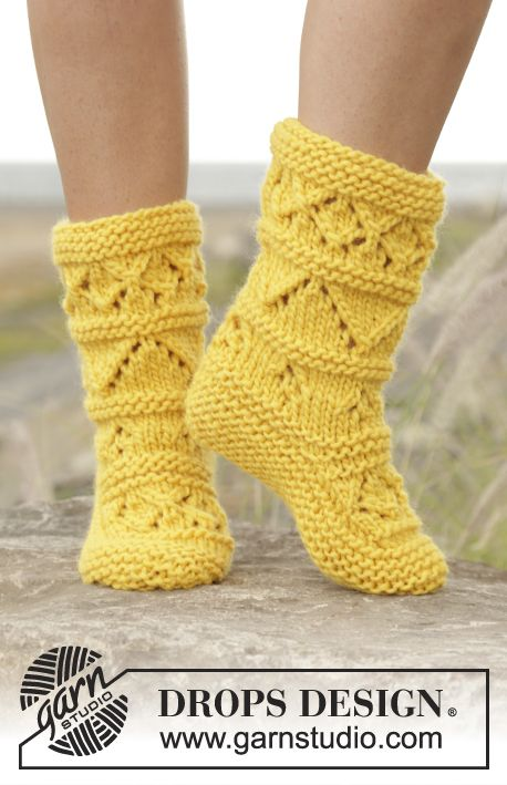 """Knitted slippers with lace pattern in """"Eskimo"""". Free Pattern 