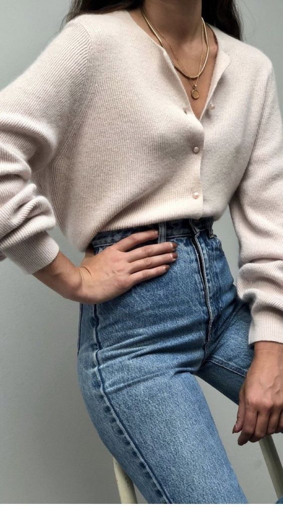 Classic jeans and cardigan | Inspiring Ladies #90sfashiontrends