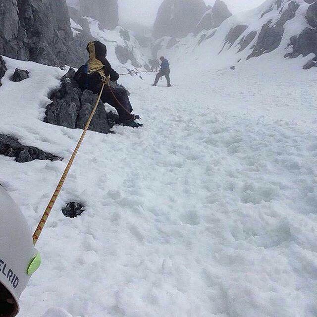 #Repost @mochilerasvenezuela ・・・ Esta foto describe el descenso en Rapel PICO BOLÍVAR 🗻  #Adventure #PicoBolívar #Venezuela #Merida