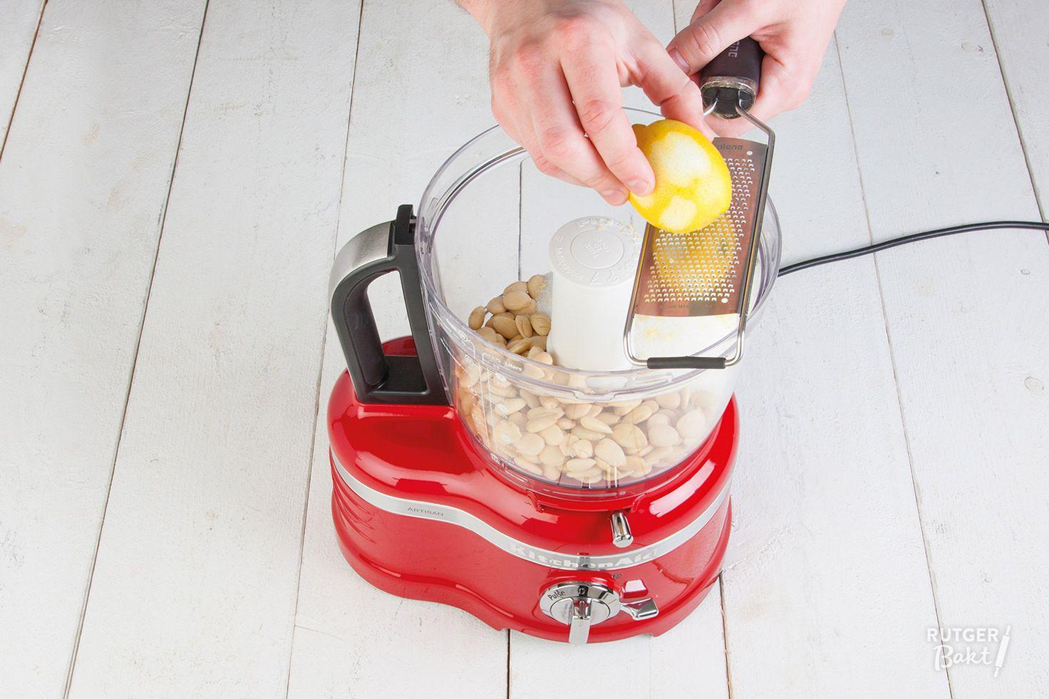 Natuurlijk kun je spijs kant-en-klaar kopen, maar het is ook heel makkelijk (en lekkerder) om het zelf te maken. Ik laat je zien hoe je amandelspijs maakt.
