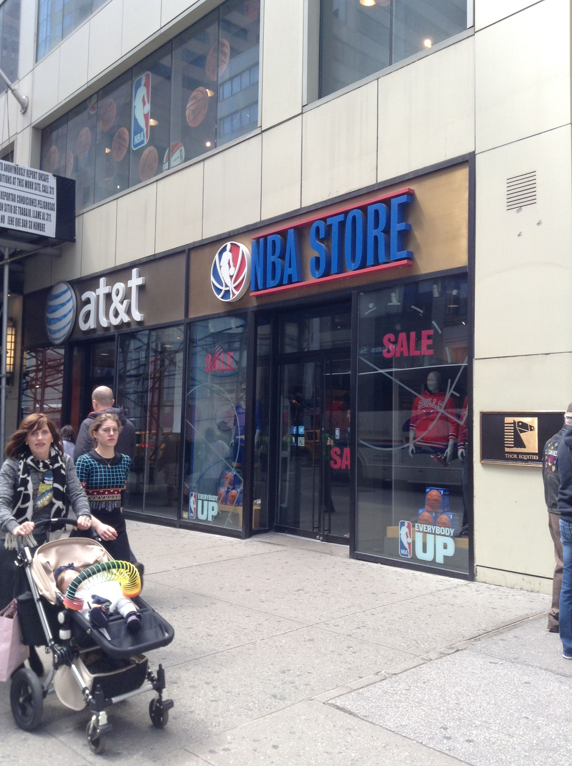 NBA STORE at 48th Street and Fifth Ave in Manhattan / Tienda de la NBA en Manhattan localizada en la calle 48 y la quinta avenida