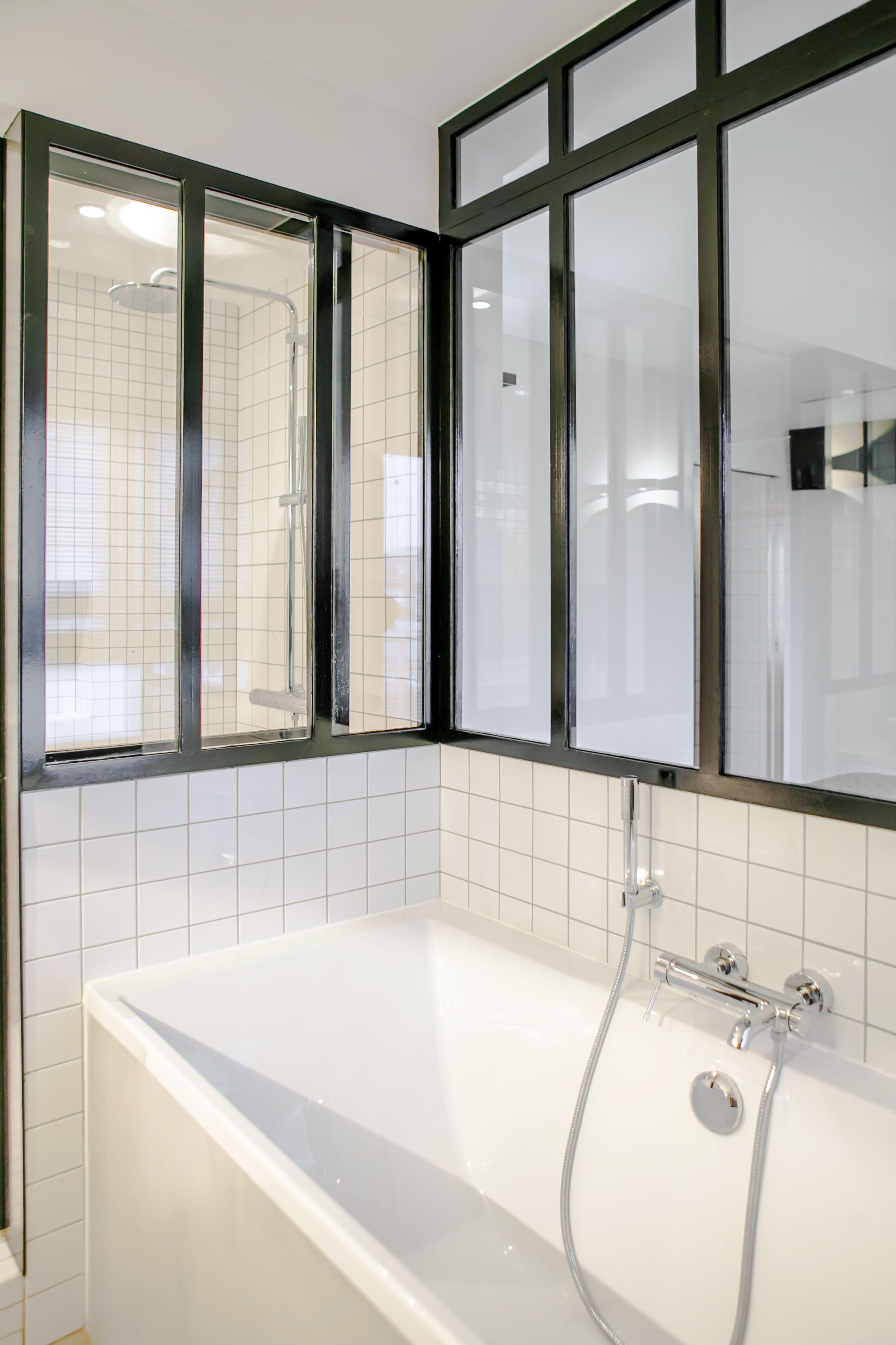Salle de bain avec baignoire. La verrière métallique sur-mesure ...