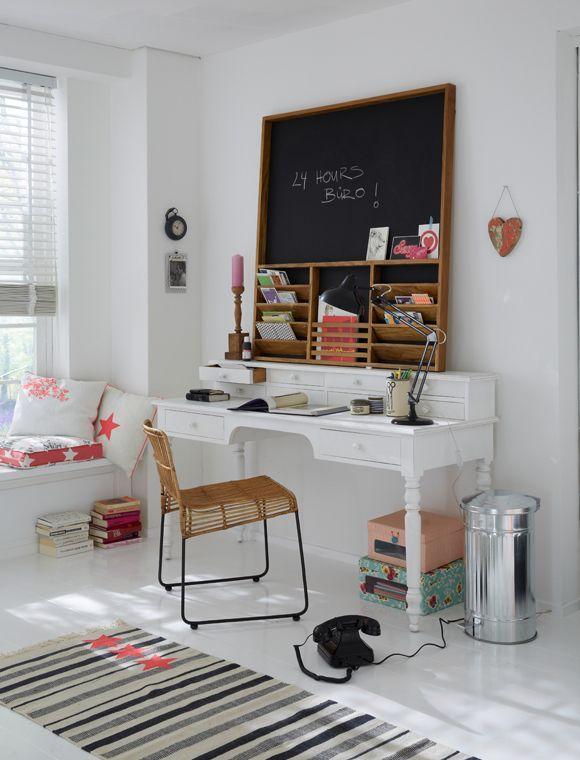 Un bureau vintage blanc et son tableau ardoise, parfait pour ...
