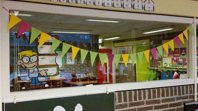 Leesbevordering: Lege lijn in de klas. Kinderen die thuis 10 minuten hebben gelezen met hun ouders mogen hun naam op een vlaggetje schrijven en het aan de lijn hangen. Binnen de kortste keren is de slinger vol!!