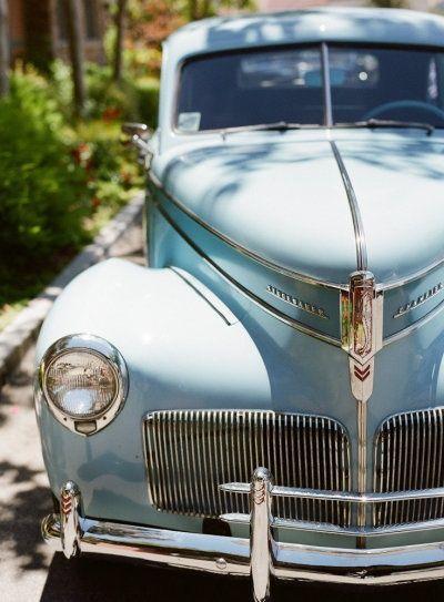 voiture des mariés luxe chic mariage bleu ciel ivoire blanc idée originale  Carnet d'inspiration Mademoiselle Cereza mariage bleu ciel, ivoire, blanc