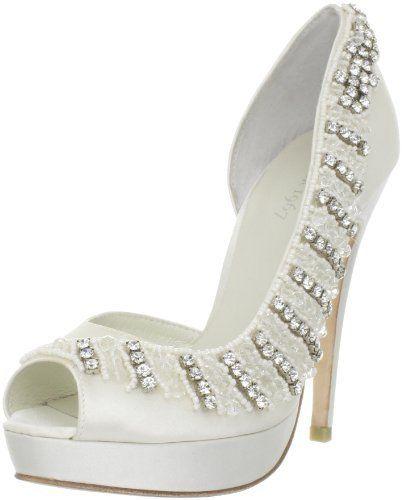 En Riomar fotógrafos nos gustan estos elegantes zapatos de novia con pedrería. http://riomarfotografosdeboda.com