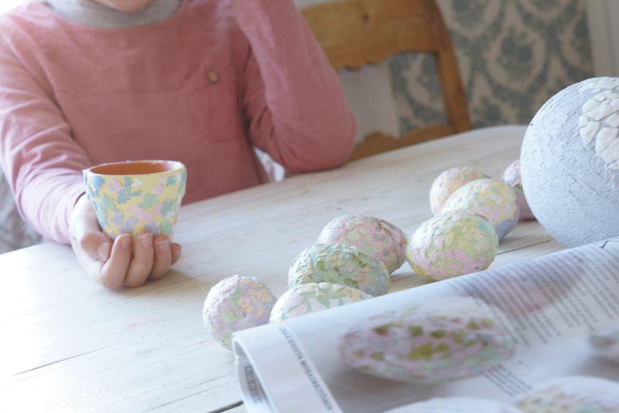 Aloitettiin pääsiäiseen valmistautuminen tekemällä muutama koriste lasten kanssa. Porkkanakakun leipomisesta jäi sopivasti kananmunankuoret...