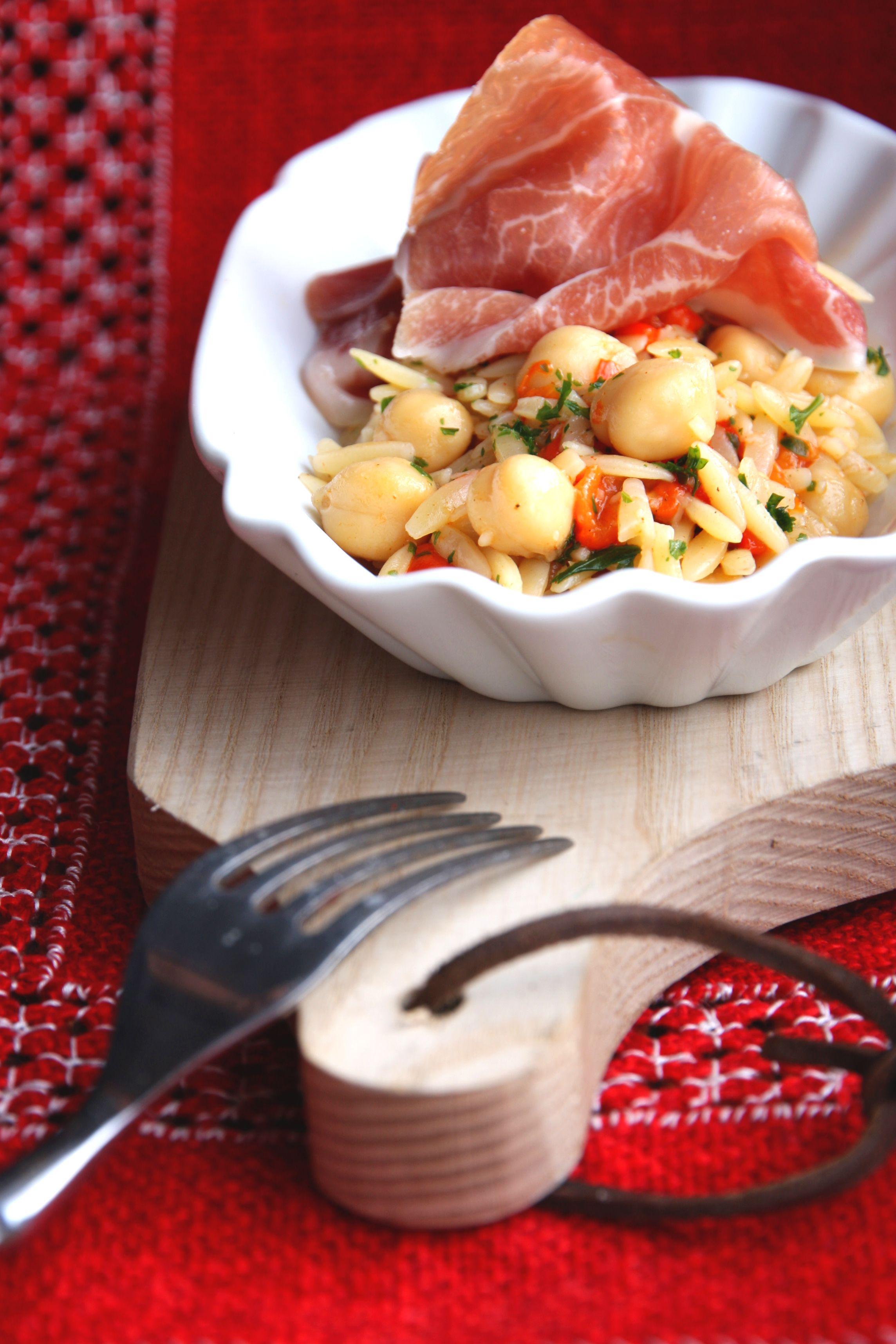 Kichererbsen-Kritharaki-Salat mit Serranoschinken