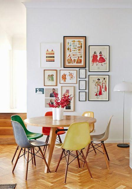 chaises colorees parquet point de hongrie et cadres illustratifs dans la salle a manger