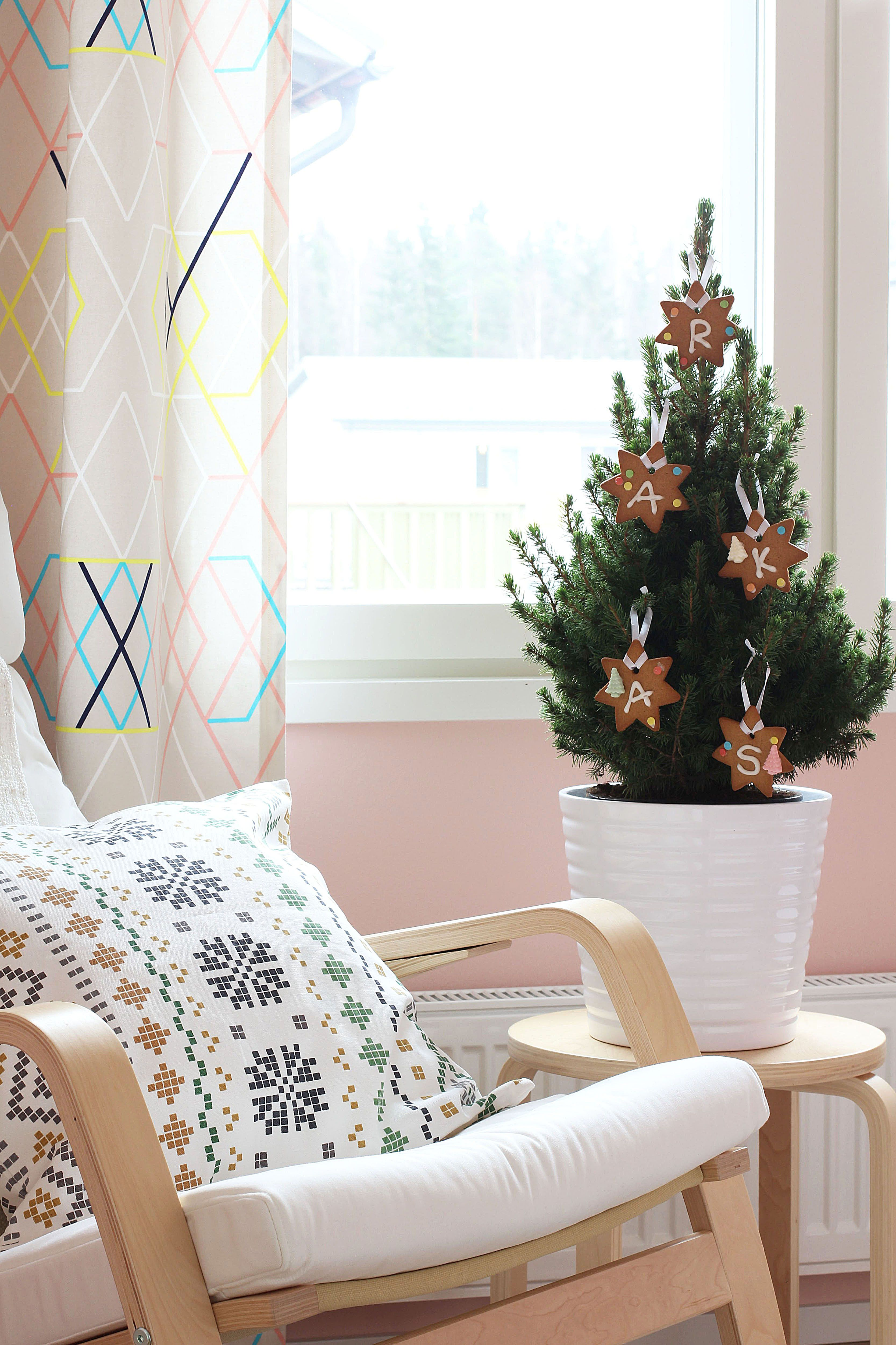 Vaalenpunainen joulu BoKlok-kodissa Vantaan Nikinkummussa.