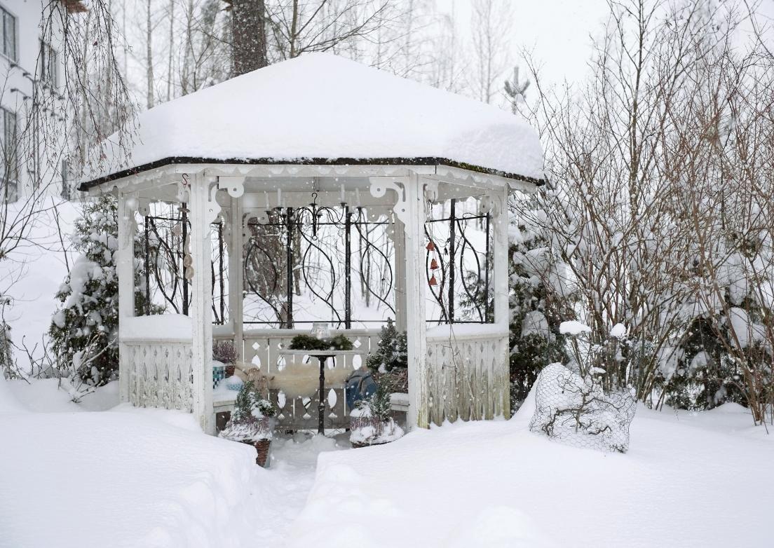 Nauti talvisen puutarhan tunnelmasta, jota elävöittävät itsetehdyt kranssit, jääkoristeet ja lintujen siemenkakut. Kurkkaa kuvat Viherpihasta ja poimi ideat pihallesi!