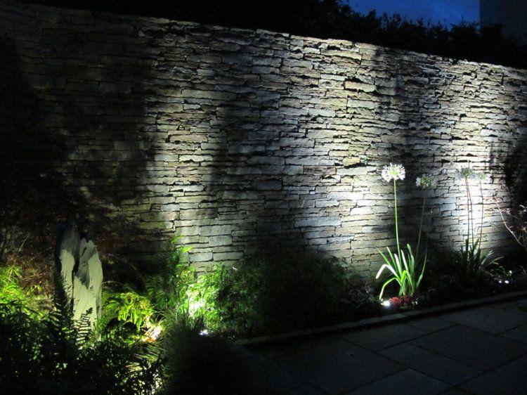 clairage ext rieur en projecteurs led pour souligner le mur en pierre terrasses et jardins. Black Bedroom Furniture Sets. Home Design Ideas
