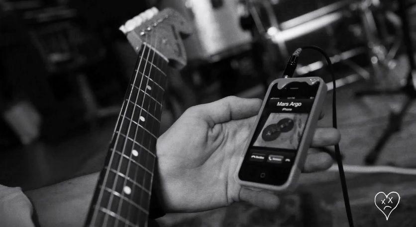 بعد الإستماع الى هذه الاغنية ستتغير نظرتك وطريقة استماعك الى نغمة المنبه في الصباح حيث تم إستخدام نغمة الآيفون الرسمية في اغنية Electronic Products Mp3 Player