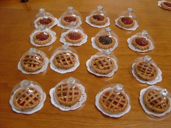Tartas en miniatura | Klart KraftLa he hecho con fimo masa de porcelana y las tapas son blister de los huevos de codorniz con un avalorio.