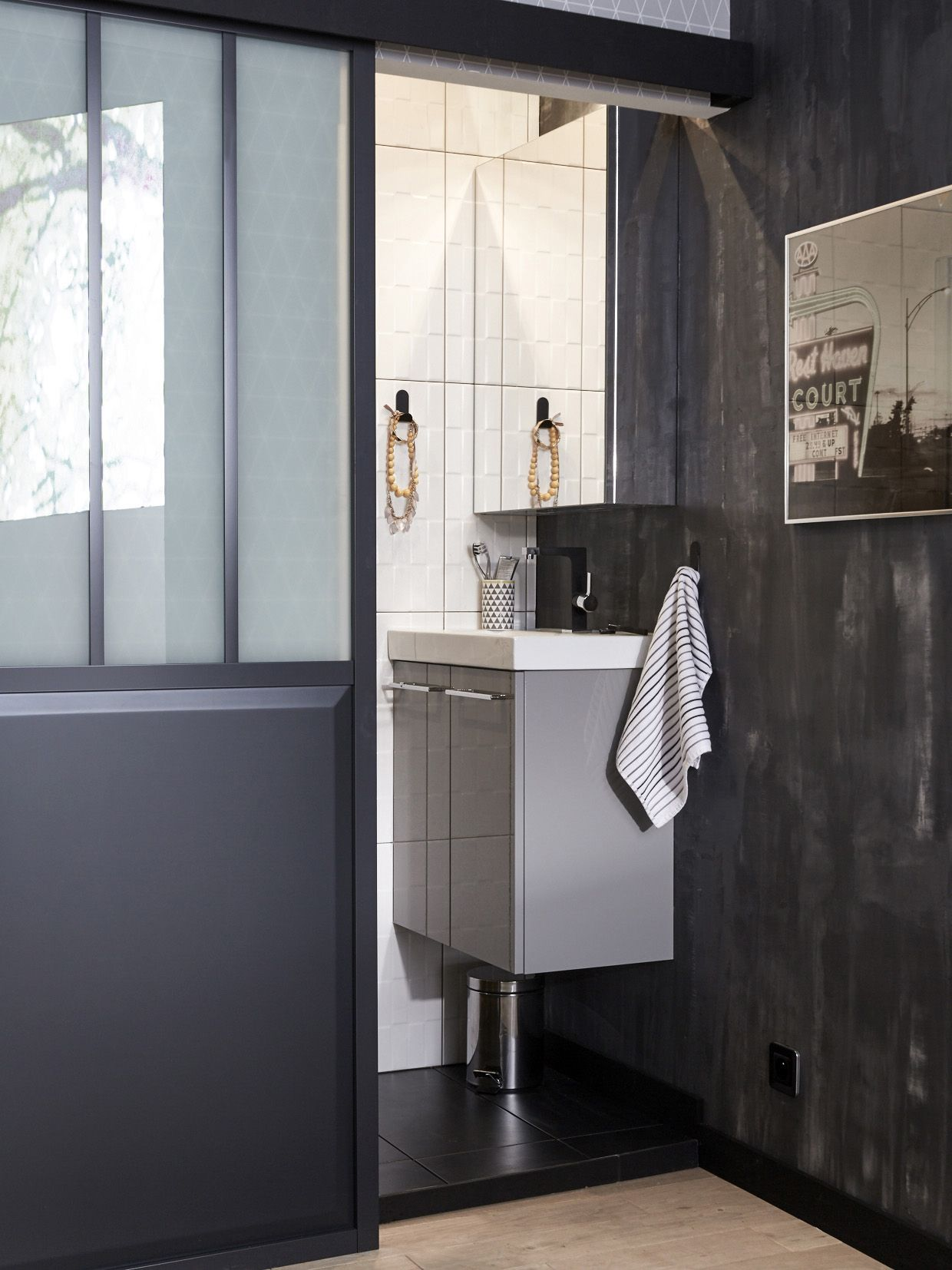 salle de bains compacte et moderne dans une ambiance n o industrielle ferm e par une cloison. Black Bedroom Furniture Sets. Home Design Ideas