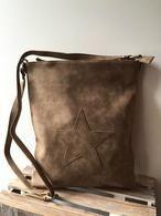 Zaza'z tas  imitatie leer.    Rechthoekig model met ritssluiting en lang hengsel.Zeer mooie tas.    De tas heeft een ritssluiting en in de tas zitten vakken.    Aan de achterzijde heeft een tas een vak die voorzien is van een rits.    kleur bruin    afm 39 x  32