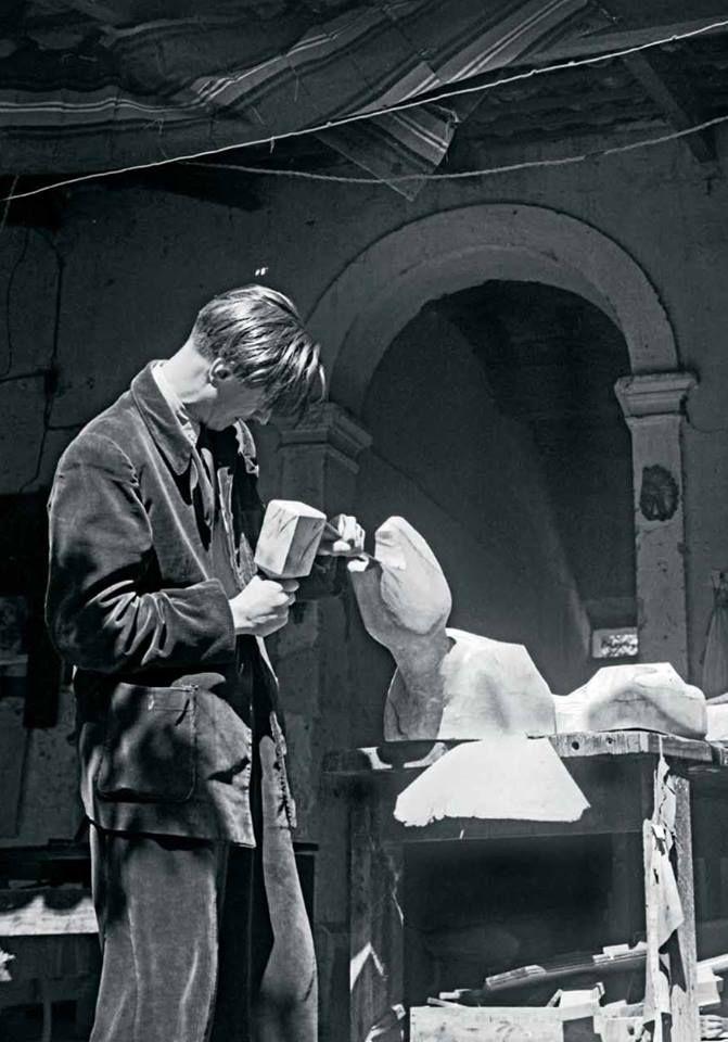 "Goeritz esculpiendo una maqueta de El Animal Foto: Fondo Mathias Goeritz-Cenidiap/INBA - Mathias Goeritz sculpting a model of ""El Animal"" c. 1948"