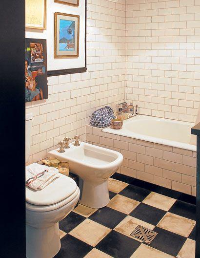 El ba o tiene aires retro conjugado por azulejos blancos - Azulejos vintage bano ...