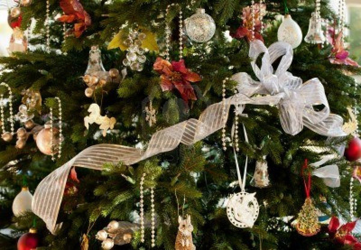 rbol de Navidad decorado con cintas de plata y negro y adornos en