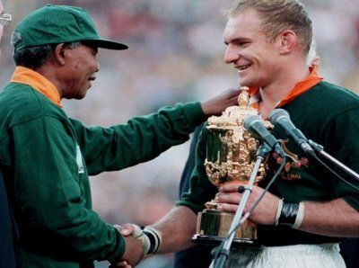 A Moment Of History Pointing The Way Forward For South Africa As Mandela Hands Francois Pienaar The World Cup In 19 Nelson Mandela South African Rugby Mandela