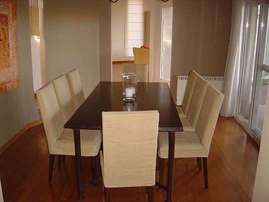 Mesa rustica lustrada con poliuratano con sillas tapizadas for Sillas rusticas tapizadas