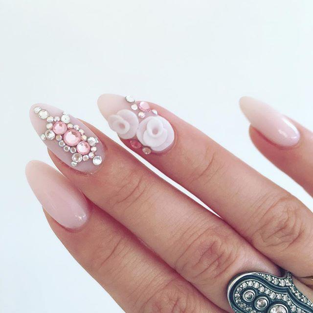 Se lige mine smukke negle jeg er vilde med dem tak til altid meget dygtige @smukkenegle  #mitliv #minenegle #determineegne #ogvisikkeerdestadigflotte #lørdag #elskerelskerelsker