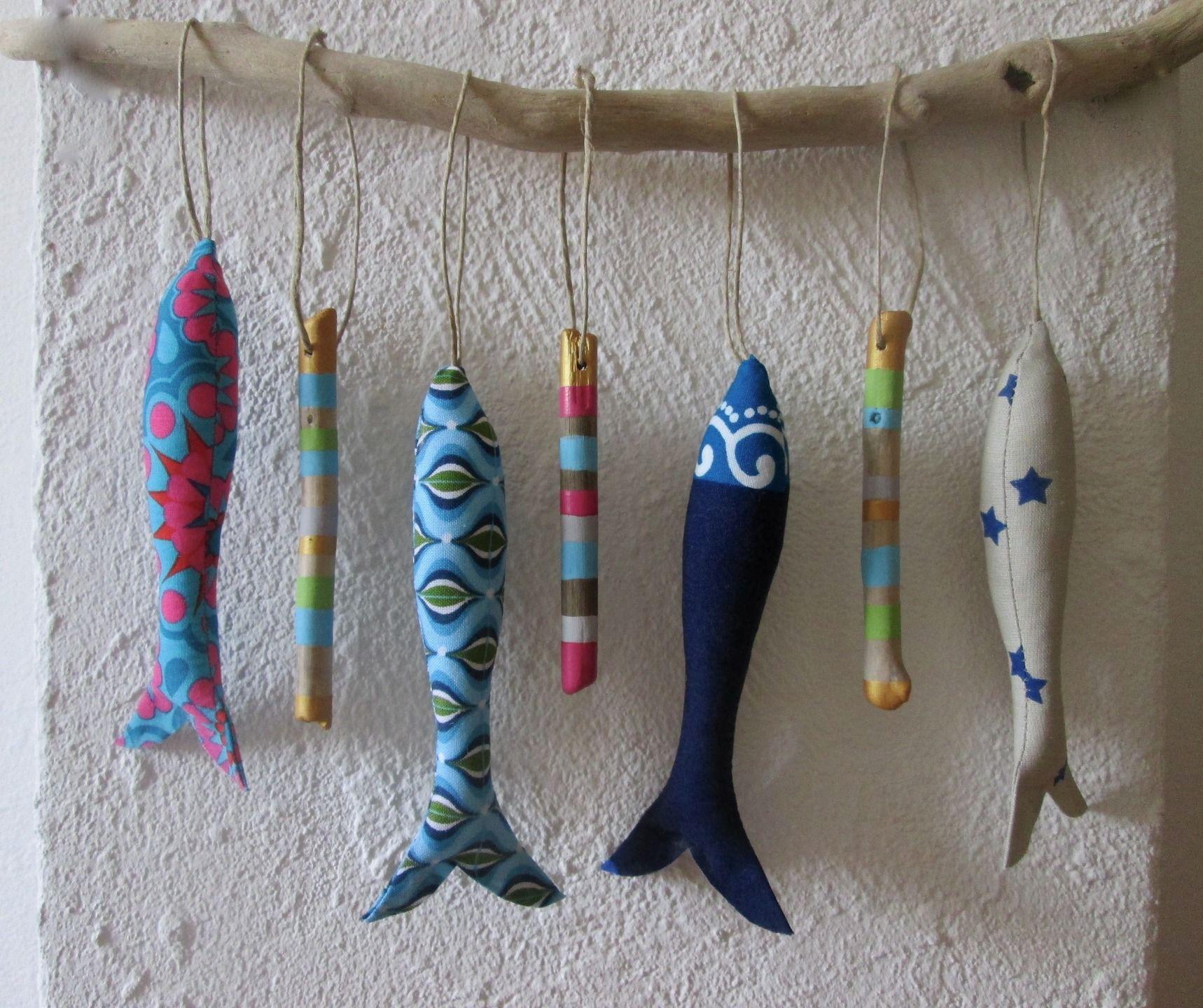 petits poissons tissus et bois flott s peints sur branche. Black Bedroom Furniture Sets. Home Design Ideas