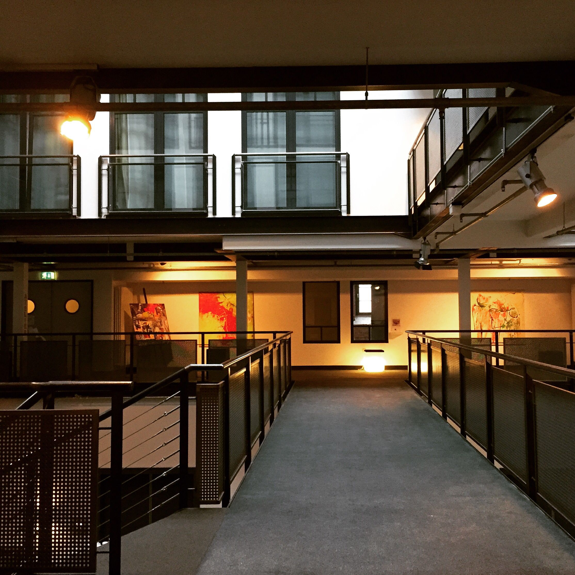 Soviel Platz gönnt sich und vor allem den Gästen heute kaum ein anderes Hotel. Kommt und genießt es, der Platz ist für Euch. #loft #lobby #galerie #DenkMal #artroom #fabrik #factory #industrialdesign #gaswerk #Gastwerk #hotelgastwerk #designhotels #hamburg #altona #bahrenfeld #interiordesign #architektur #modernliving