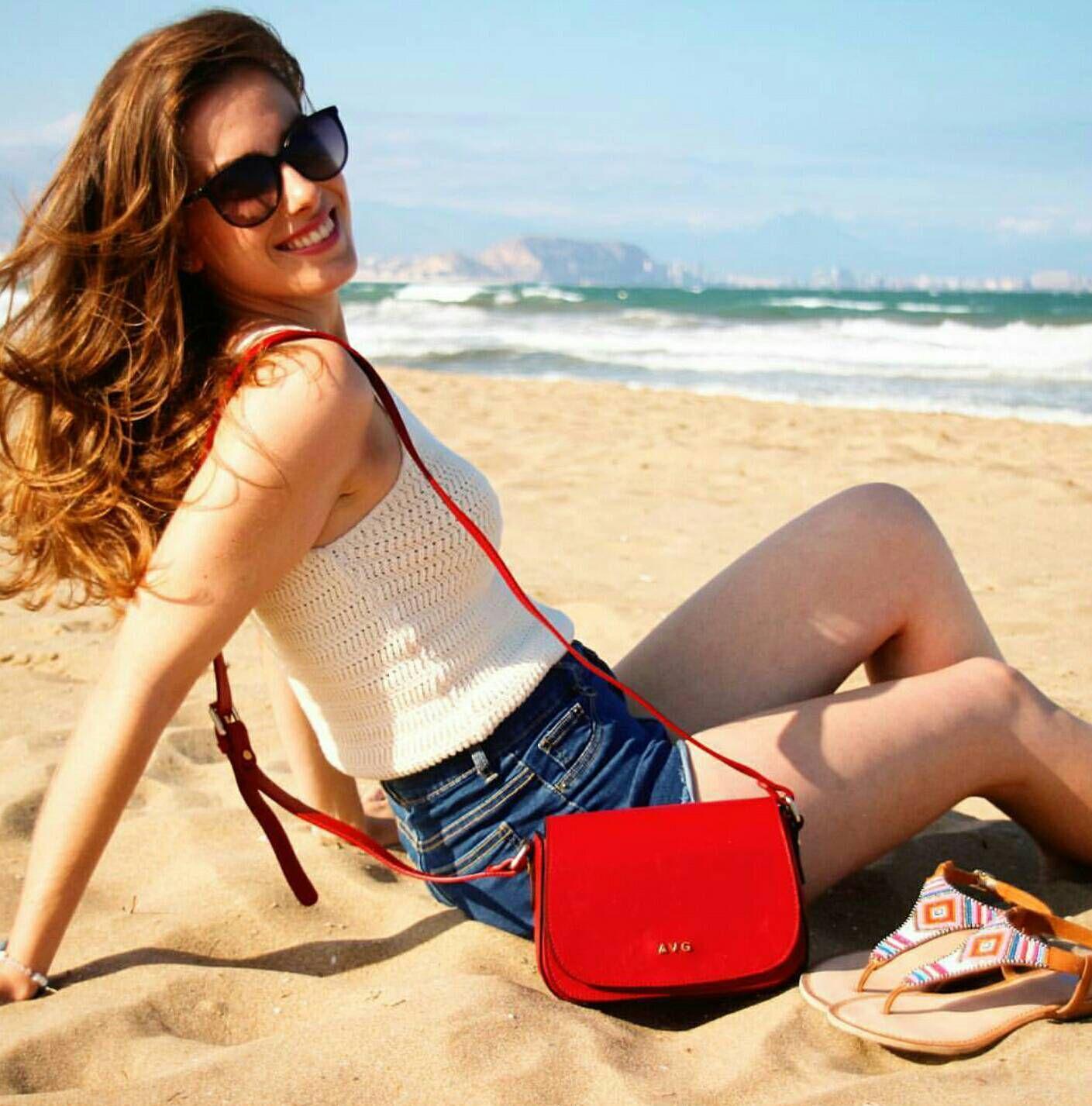 Magníficas las tardes de verano con la bandolera Mérida, en rojo. AVG Bolsos y Complementos