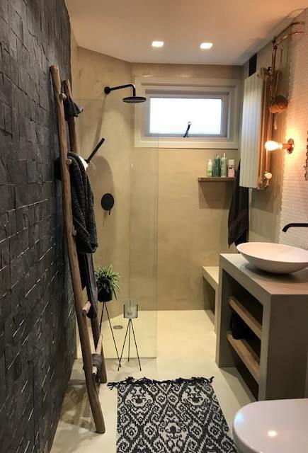Béton Ciré Pro Original in de badkamer! Wanden en badkamermeubel in ...